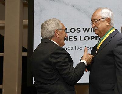Presidente do CFMV, Francisco Cavalcanti, entrega a Comenda Ivo Torturella ao médico-veterinário Carlos Wilson Gomes Lopes