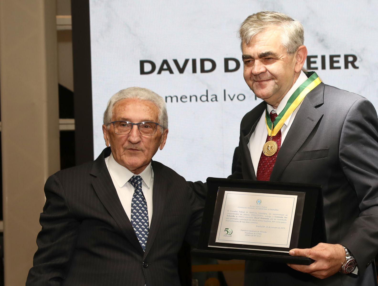 Presidente do CFMV, Francisco Cavalcanti, entrega a Comenda Ivo Torturella ao médico-veterinário David Driemeier